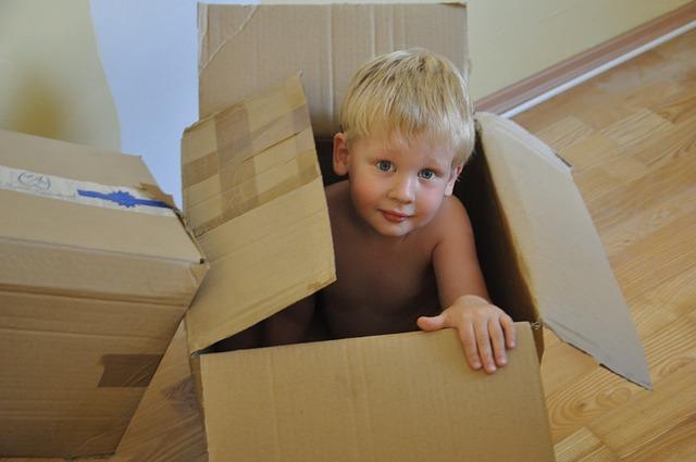 chlapeček v krabici