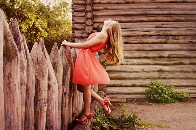 děvče v červeném