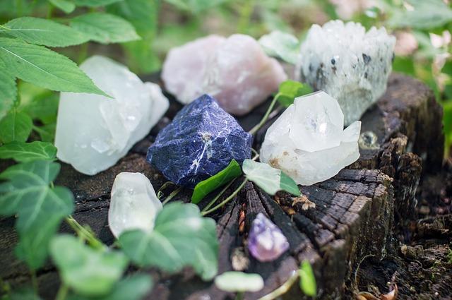 krystaly na pařezu